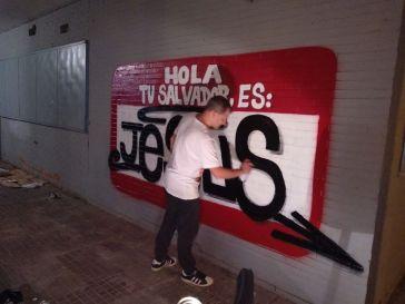 HOLA TU SALVADOR ES JESUS PINTADO EN EL POLIGONO SUR DE SEVILLA POR DOLAR ONE 3000 VIVIENDAS 1