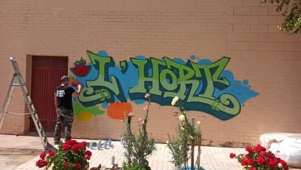 Grafiti y rap contra el acoso escolar en Elche Alumnos del colegio Miguel Hernández de Elche asisten a una charla diferente contra el bullying por parte de un artista urbano, rapero y pastor evangelista que de niño maltrataba a compañeros y docentes y que ahora conciencia con su historia